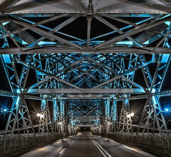Blaues Wunder bei Nacht