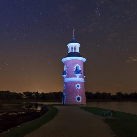 Angeleuchteter Leuchtturm am Großen Teich in Moritzburg